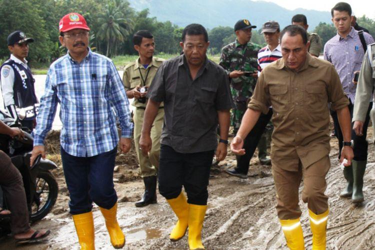 Gubernur Sumut Edy Rahmayadi dan Bupati Madina Dahlan Hasan Nasution meninjau lokasi banjir dan longsor di Kabupaten Madina, Sumut, Rabu (14/11/2018)