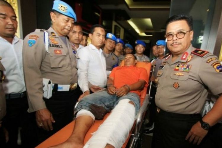 Bripka SP, polisi yang membawa kabur tahanan narkoba ditembak di bagian kaki. Dia dibawa dengan brangkar dalam rilis, Rabu (14/3/2018) pagi.