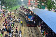 Mudik Lebaran Naik Kereta Api, Penduduk Bangladesh Abaikan Keselamatan
