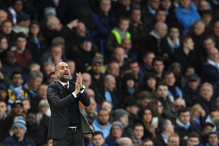Ekspresi pelatih Manchester City, Josep Guardiola, saat menyaksikan anak asuhnya melawan Manchester United di Stadion Etihad, pada 27 April 2017.