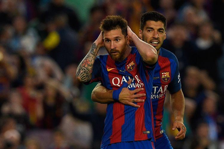 Ekspresi penyerang Barcelona, Lionel Messi (kiri), dan Luis Suarez pada pertandingan Premier League melawan Eibar di Stadion Camp Nou, pada 21 Mei 2017.