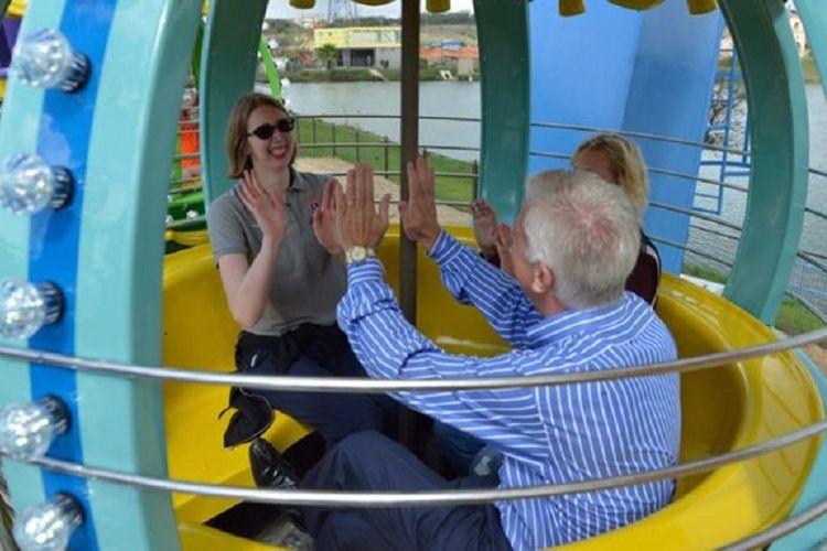 Morgan dan orang tuanya menikmati wahana permainan roda Ferris di taman hiburan Morgans Wonderland.