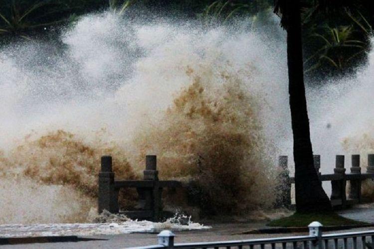 Topan Hato menyebabkan ombak laut meninggi di Zhuha, Provinsi Guangdong, Cina.
