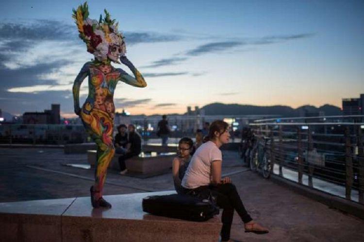 Tubuh belasan model wanita diubah menjadi kanvas hidup di sebuah festival di Daegu, Seoul, Korea Selatan,  akhir pekan lalu. Salah satunya tampak dalam gambar ini.