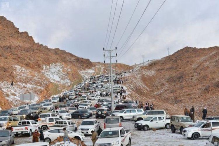 Kemacetan lalu lintas terjadi di kawasan pegununagan Al-Lawz di perbatasan Arab Saudi dan Jordania akibat antusiasme warga menyaksikan salju.(Mirror)