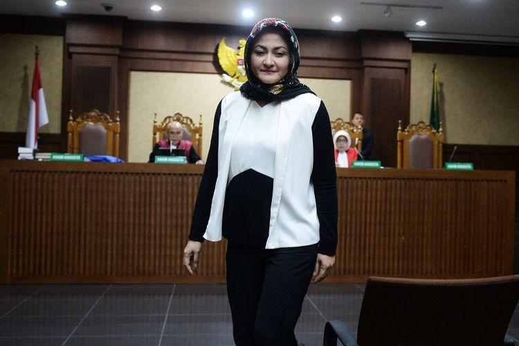 Istri mantan Ketua DPR Setya Novanto, Deisti Astriani Tagor, meninggalkan ruangan usai disumpah sebagai saksi dalam sidang lanjutan kasus merintangi penyidikan korupsi KTP elektronik dengan terdakwa Bimanesh Sutarjo di Pengadilan Tipikor, Jakarta, Senin (16/4). Sidang tersebut beragenda mendengarkan keterangan saksi-saksi.