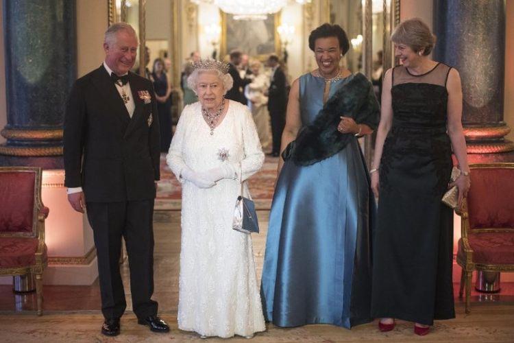 Pangeran Charles (kiri), Ratu Elizabeth II (kedua kiri), Sekjen Persemakmuran Patricia Scotland (kedua kanan) dan Perdana Menteri Inggris Theresa May (kanan) hadir pada acara pertemuan Kepala Pemerintahan Persemakmuran (CHOGM), di Istana Buckingham di London, Inggris, Kamis (219/4/2018). (AFP/Victoria Jones)