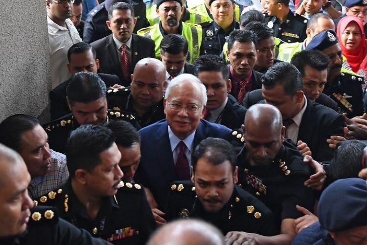 Mantan perdana menteri Malaysia Najib Razak (tengah) tiba untuk menghadiri sidang di kompleks pengadilan Duta di Kuala Lumpur, Malaysia, Rabu (4/7/2018). (AFP/Mohd Rafsan)