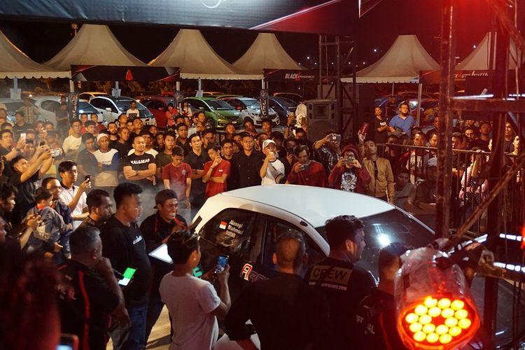 Tampak ratusan pengunjung memadati arena berlangsungnya Blackauto Battle pada Sabtu (4/8/2018) di Phinisi Point, Makassar.