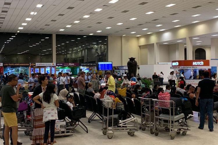 Suasana dalam Bandara Colombo, Sri Lanka, ketika ditutup pasca-ditemukannya bom pipa Minggu (21/4/2019). Peristiwa itu terjadi beberapa jam setelah gelombang ledakan bom yang menewaskan 207 orang.