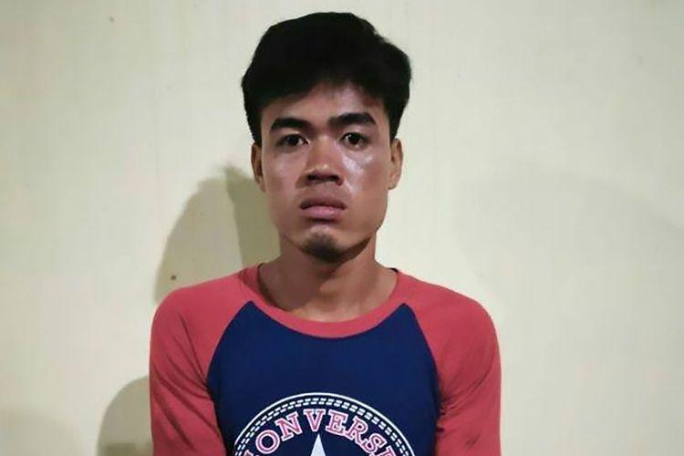 Leng Huon. Seorang pemuda di Kamboja yang ditangkap karena membunuh ayahnya menggunakan kapak.