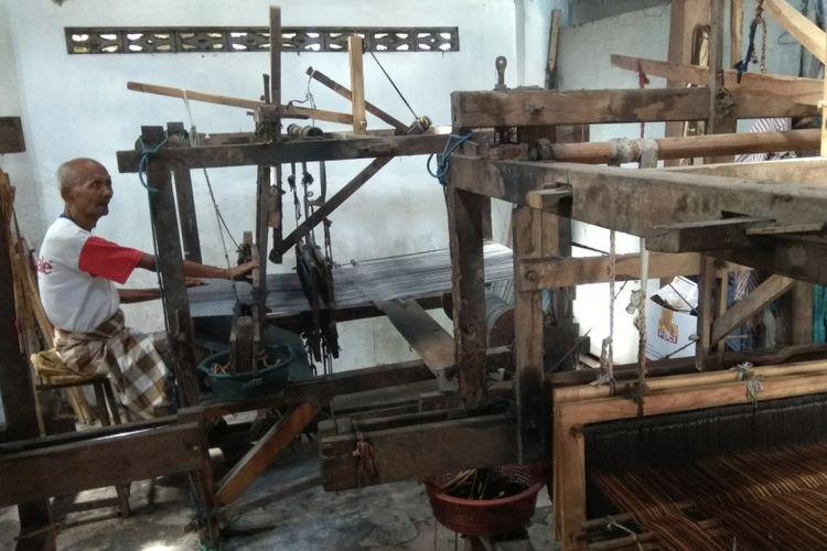 Tohirin (69) Sedang menenun Kain Tenun Kurik Di Rumahnya dusun Rogocolo, Kasihan, Bantuk