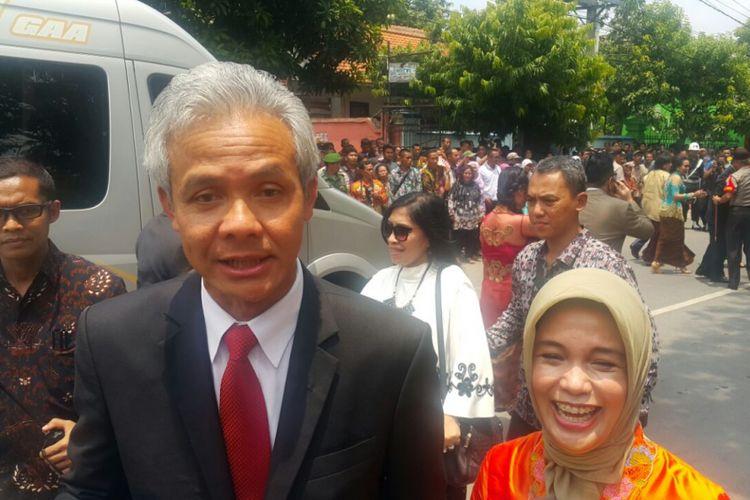BERSAMA ISTRI--Gubernur Jawa Tengah, Ganjar Pranowo bersama istrinya menghadiri acara pernikahan putri Presiden Jokowi, Kahiyang Ayu dan Muhammad Bobby Afif Nasution di Gedung Graha Saba Buana Solo, Rabu ( 8 / 11 / 2017) siang.