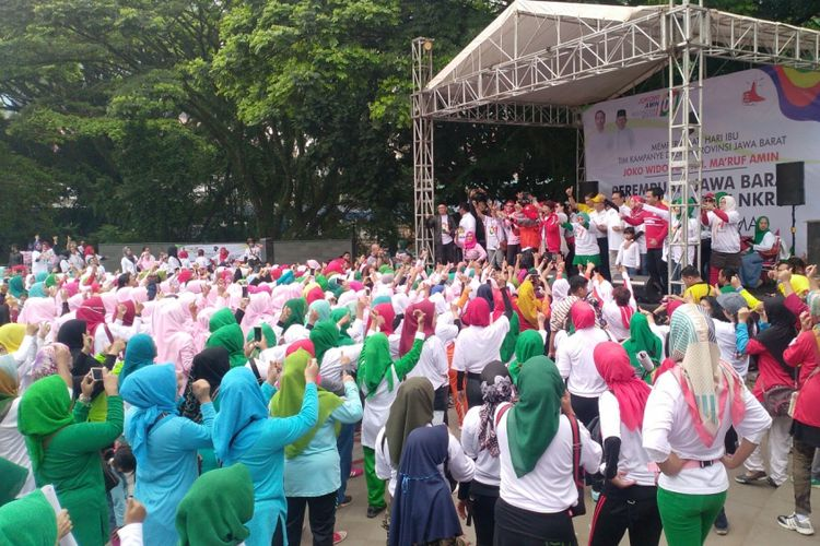 Dalam rangka menyambut hari ibu, Tim Kampanye Daerah (TKD) pasangan calon presiden dan wakil presiden nomor urut 01 Jokowi-Ma'ruf Amin di Jawa Barat menggelar serangkaian kegiatan mulai dari Lomba Senam Jokowi, Flash Mob, hingga layanan pemeriksaan kesehatan gratis di Jalan Sukarno, Kota Bandung, Sabtu (22/12/2018). Kegiatan ini dihadiri oleh ribuan perempuan yang datang dari berbagai daerah di Jawa Barat.