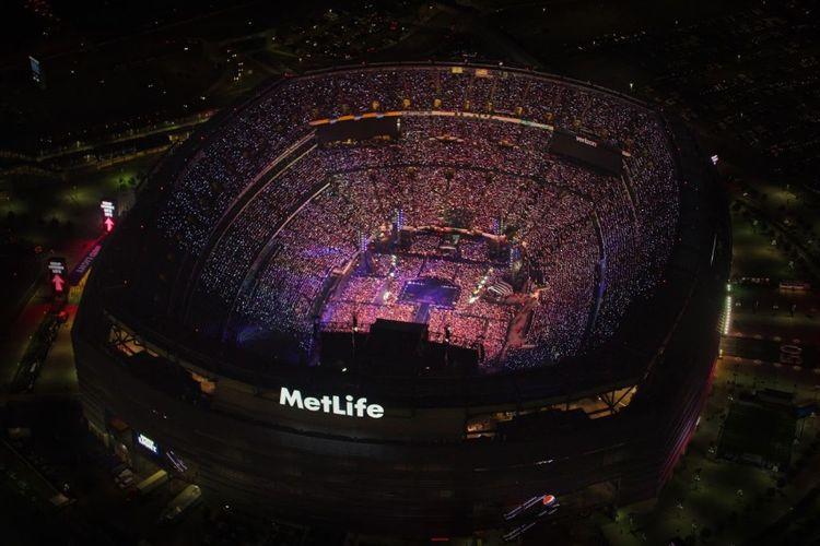 Suasana MetLife Stadium, New Jersey, saat BTS menggelar konser Love Yourself: Speak Yourself, Minggu (19/5/2019).