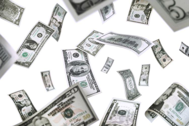 Uang dolar berhamburan.
