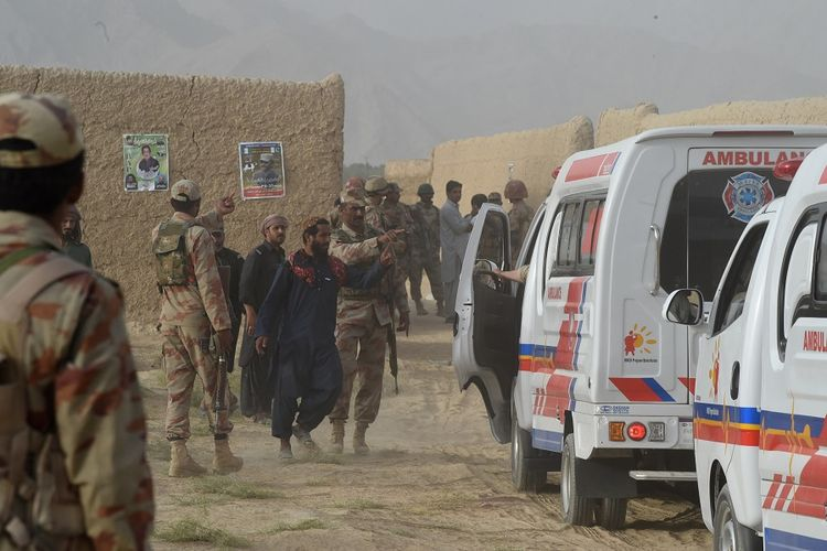 Kepolisian lokal di Mastung, Pakistan, berkumpul menyusul sebuah ledakan bom bunuh diri yang menewaskan 128 orang Jumat (13/7/2018).
