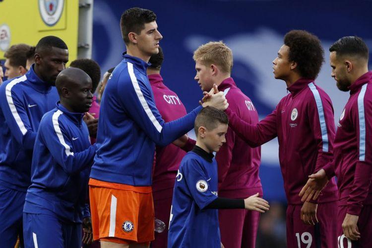 Thibaut Courtois dan Leroy Sane bersalaman jelang Chelsea vs Man City pada ajang Premier League di Stamford Bridge, 30 September 2017.