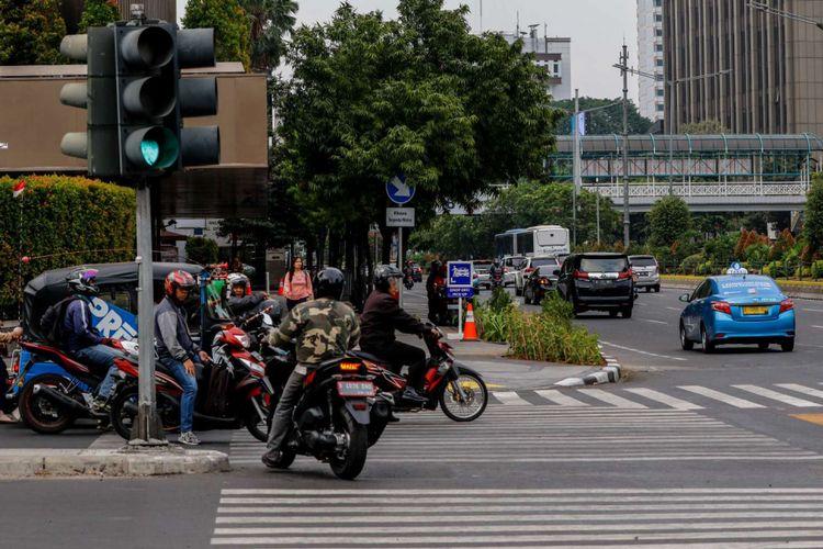 Kendaraan bermotor melewati garis batas berhenti/marka lalu lintas di kawasan Thamrin, Jakarta, Rabu (19/9/2018). Poldan Metro Jaya bekerja sama dengan Pemprov DKI Jakarta untuk melakukan tilang elektronik atau electronic traffic law enforcement (ETLE) yang akan diuji coba pada Oktober 2018 sepanjang jalur Thamrin hingga Sudirman.