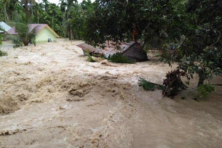 Salah satu rumah warga yang hancur dihantam banjir di Desa Kumbang, Kecamatan Syamtalira Aron, Kabupaten Aceh Utara, Sabtu (17/11/2018).