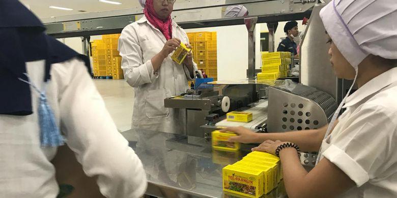Proses packaging akhir Tolak Angin, salah satu produk jamu Sido Muncul.