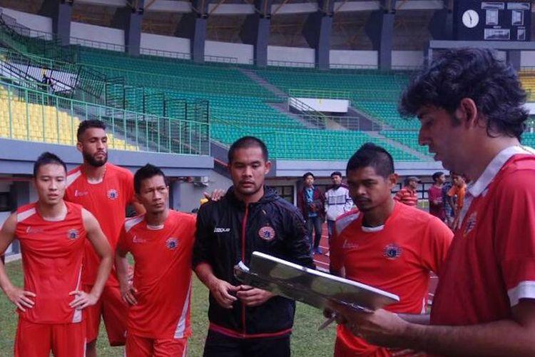 Para pemain Persija Jakarta, termasuk Ismed Sofyan (3 dari kiri) dan Bambang Pamungkas (2 dari kanan), mendengarkan instruksi pelatih Teco saat uji coba Stadion Patriot jelang laga kontra Barito Putera, Jumat (21/4/2017).