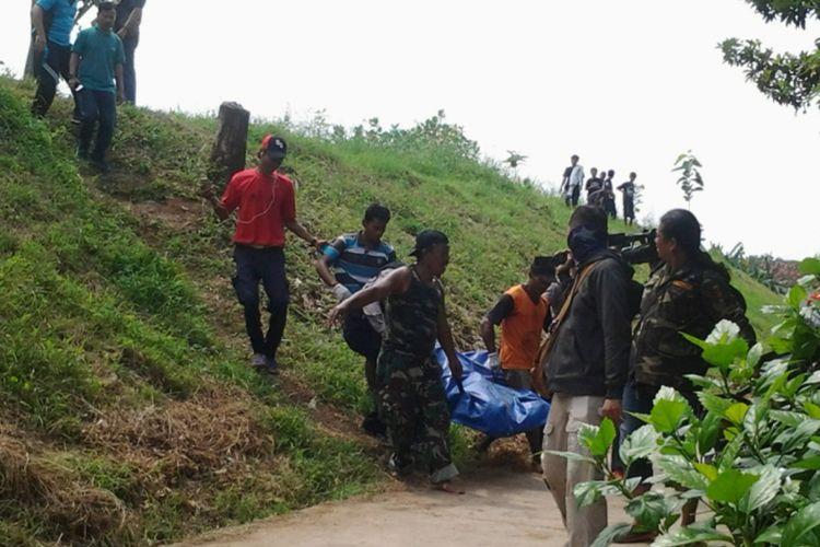 Petugas saat mengevakuasi mayat yang ditemukan di Kali Kuto.