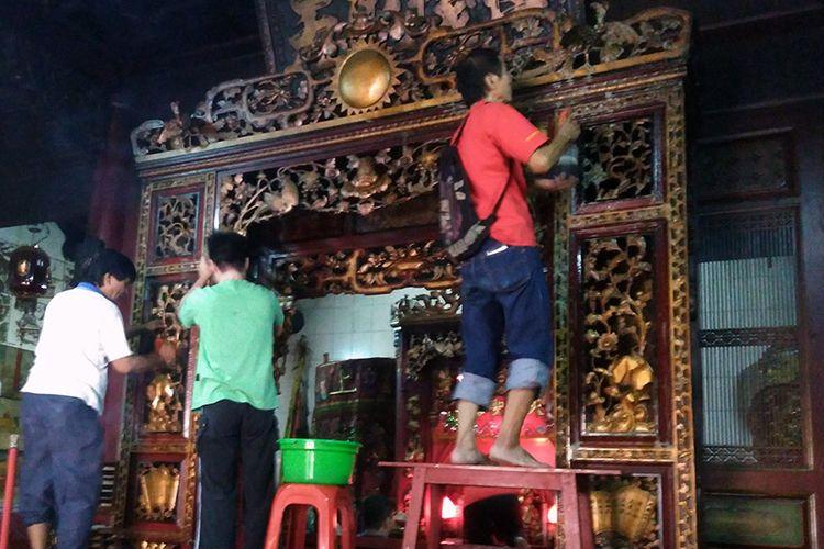 Para jemaat Kelenteng Kim Hin Kiong bergotong royong untuk melakukan bersih-bersih dan penyucian.