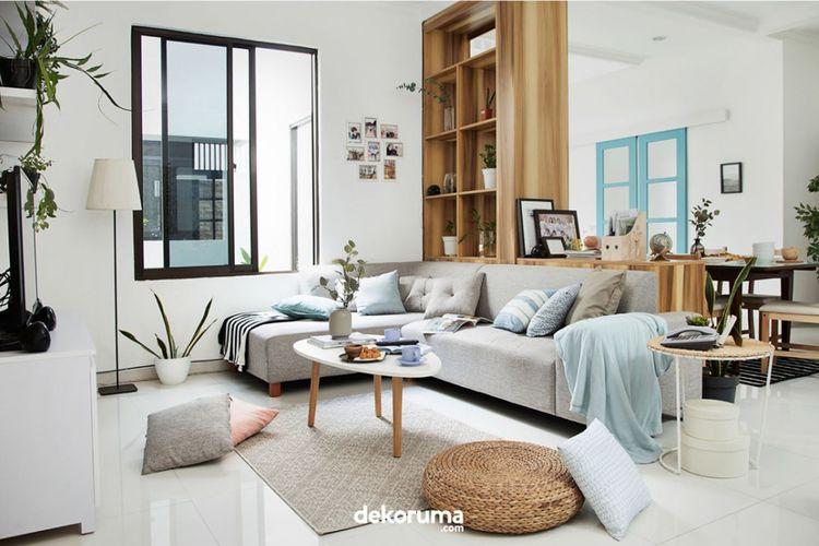 Sofa dengan bentuk L bisa menjadi solusi untuk ruang keluarga yang sempit.