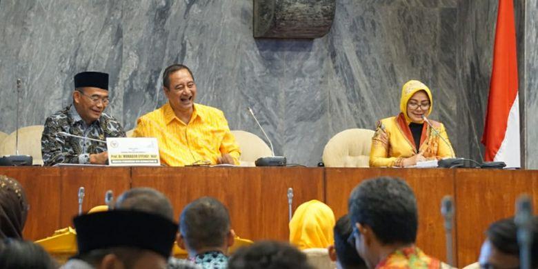 Mendikbud Muhadjir Effendy kembali menegaskan perihal pengangkatan guru hononer dalam acara Seminar Nasional Kebijakan Penuntasan Guru Honorer K-2, di Gedung Nusantara DPR RI, Jakarta, Selasa (09/10/2018).