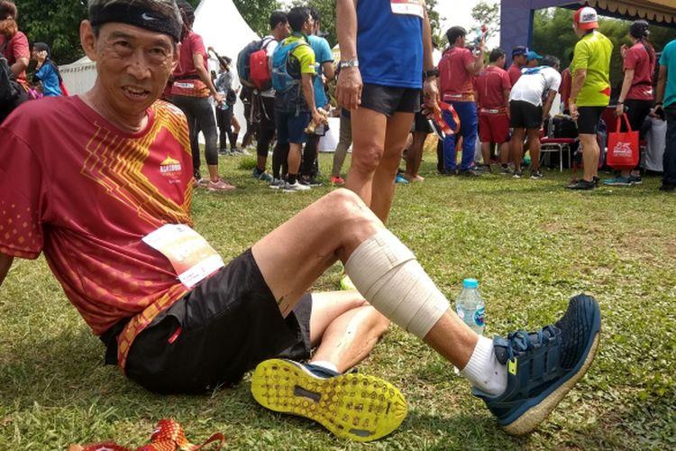 Thomas, ketua komunitas Sabuga Runner menunjukan sepatu Nike Energy Boost Miliknya