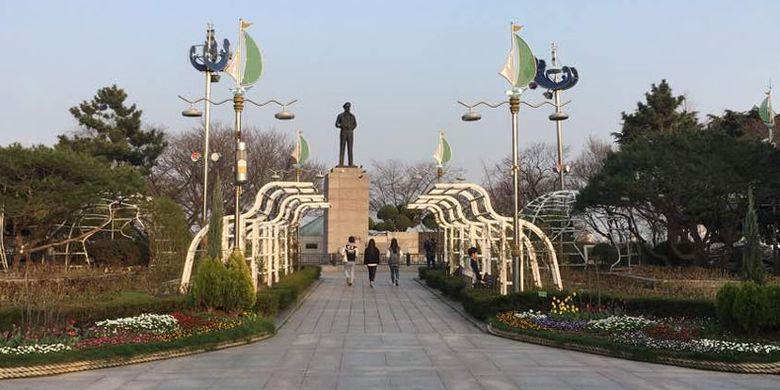 Taman Jayu di Incheon, Korea Selatan. Di taman ini terdapat patung Jenderal Douglas MacArthur. Sekitar patung terdapat taman dengan bunga beraneka warna.