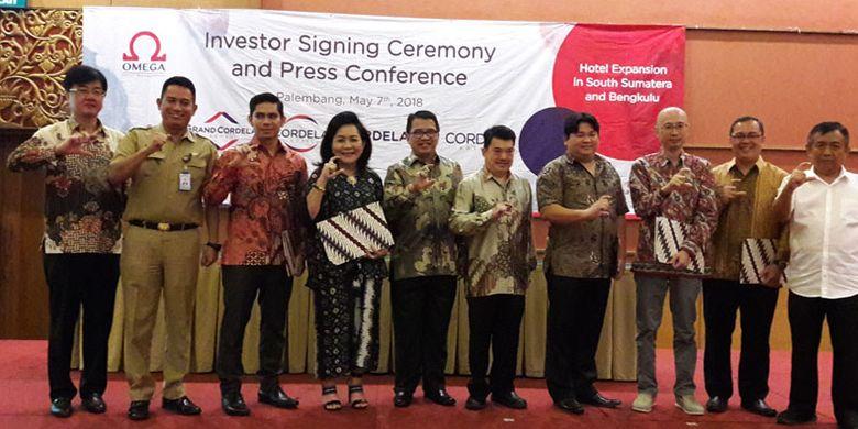 Penandatanganan kontrak kerja sama antara pihak Omega Hotel Management, operator Cordela Hotel dan para investor di Palembang, Senin (7/5/2018). Sebanyak 5 hotel akan segera beroperasi di Sumsel, 2 hotel di Palembang, 1 hotel di Sekayu, 1 hotel di Lubuklinggau dan 1 hotel di Bengkulu.