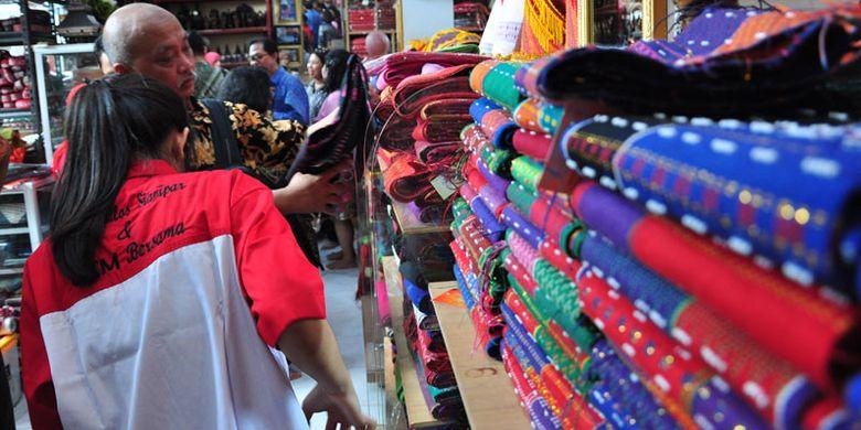 Para diplomat Kemenlu RI mengunjungi sentra kerajinan Ulos Sianipar di Jalan AR Hakim, Gang Pendidikan, Medan, Sumatera Utara, Kamis (22/3/2018).