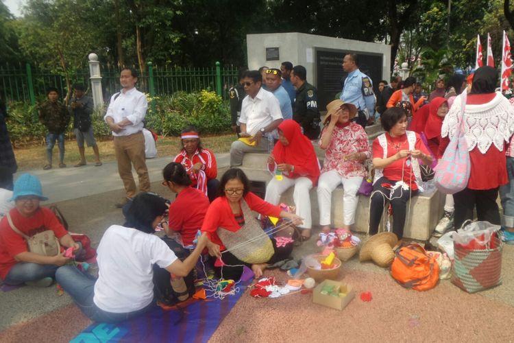 Kominitas Rajut Kejut sedang merajut di Taman Pandang Istana, Kamis (17/8/2017).