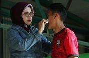 Berita Populer Bola, Kisah sang Ibu Bersihkan Keringat Wasit Terbaik