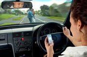 Ingat, Berkendara Sambil Main Ponsel itu Berbahaya