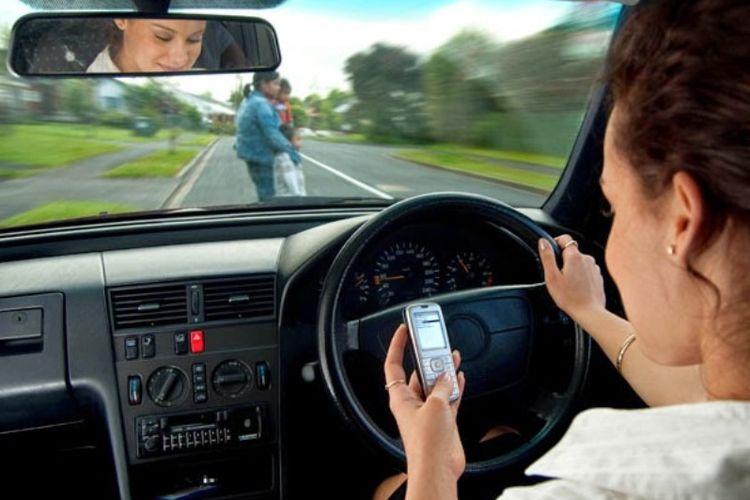 Ilustrasi Kecelakaan Karena Bermain Ponsel Saat Berkendara