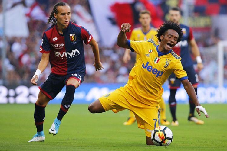 Juan Cuadrado dilanggar Diego Laxalt pada pertandingan Serie A antara Juventus dan Genoa di Stadion Luigi Ferraris, Sabtu (26/8/2017).