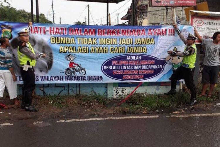 Spanduk lalu lintas Jakarta Utara dengan kata-kata yang menghibur.