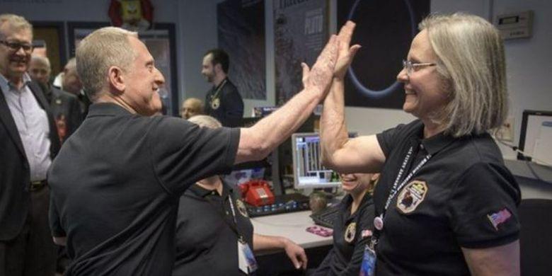 Ilmuwan Alan Stern dan Alice Bowman bersukacita setelah menerima sinyal dari New Horizons.