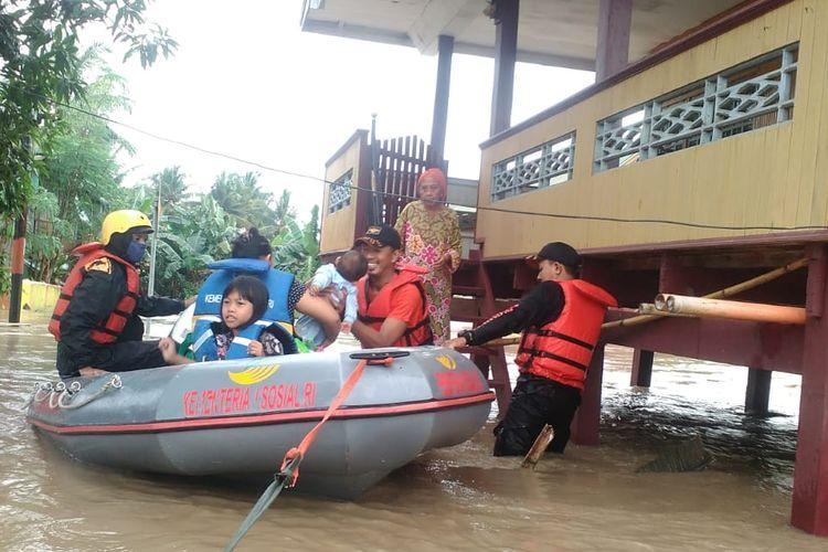 Tim BPBD Soppeng saat mengevakuasi warga yang terkena banjir di Kecamatan Marioriawa, Kabupaten Soppeng sejak Minggu (9/6/2019).