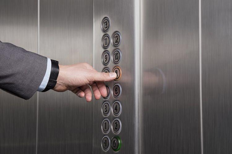 Menekan tombol lift.
