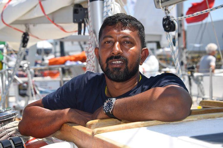 Pelaut India Abhilash Tomy berpose di perahunya Thuriya di pelabuhan Les Sables dOlonne pada 29 Juni lalu menjelang lomba layar solo keliling dunia Golden Globe Race.