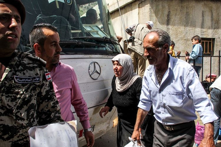 Para pengungsi Suriah di Lebanon selatan bersiap untuk menaiki bus yang akan membawa mereka kembali ke kampung halaman mereka.