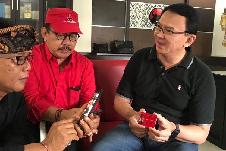 BTP menunjukan Kartu Tanda Anggota  (KTA) PDIP saat menyambangi sekretariat DPD PDIP Bali pada Jumat (8/2/2019)