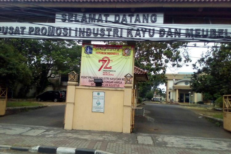 Tampak depan Gedung Pusat Promosi Industri Kayu dan Mebel (PPIKM) di Jatinegara Kaum, Pulogadung, Jakarta Timur. Investasi mesin terkini dan keragaman desain menjadi tantangan para pelaku usaha kayu dan mebel di Jabodetabek.
