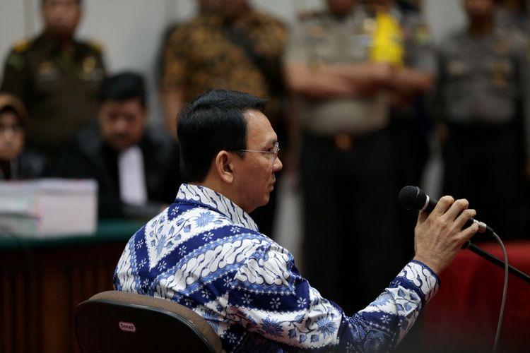 Terdakwa kasus dugaan penodaan agama, Basuki Tjahaja Purnama atau Ahok saat mengikuti sidang pembacaan putusan di Pengadilan Negeri Jakarta Utara di Auditorium Kementerian Pertanian, Jakarta Selatan, Selasa (9/5/2017). Majelis hakim menjatuhkan hukuman pidana 2 tahun penjara.
