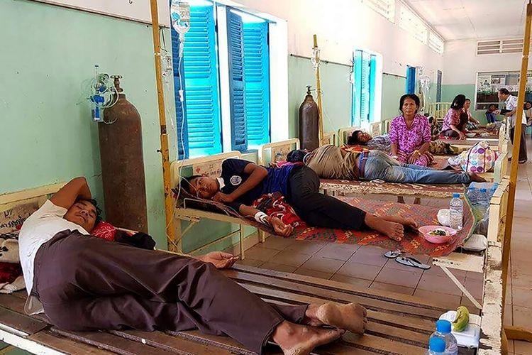 Foto yang diambil pada Minggu (6/5/2018), menunjukkan warga sebuah desa di Provinsi Kratie yang tengah dirawat akibat keracunan minuman. Setidaknya 13 orang dilaporkan tewas dan hampir 200 lainnya masih dirawat.