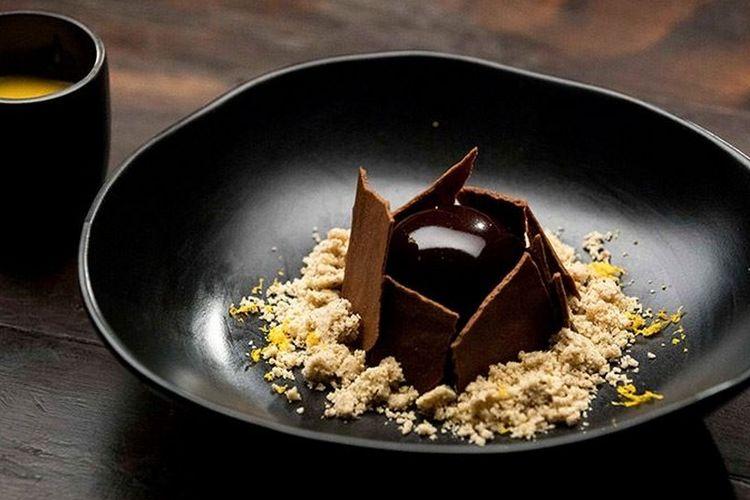 Chocolate Orange Mousse with Orange Curd, hidangan yang dibuat oleh Jess Liemantara yang meloloskannya ke MasterChef Australia musim ke 10.